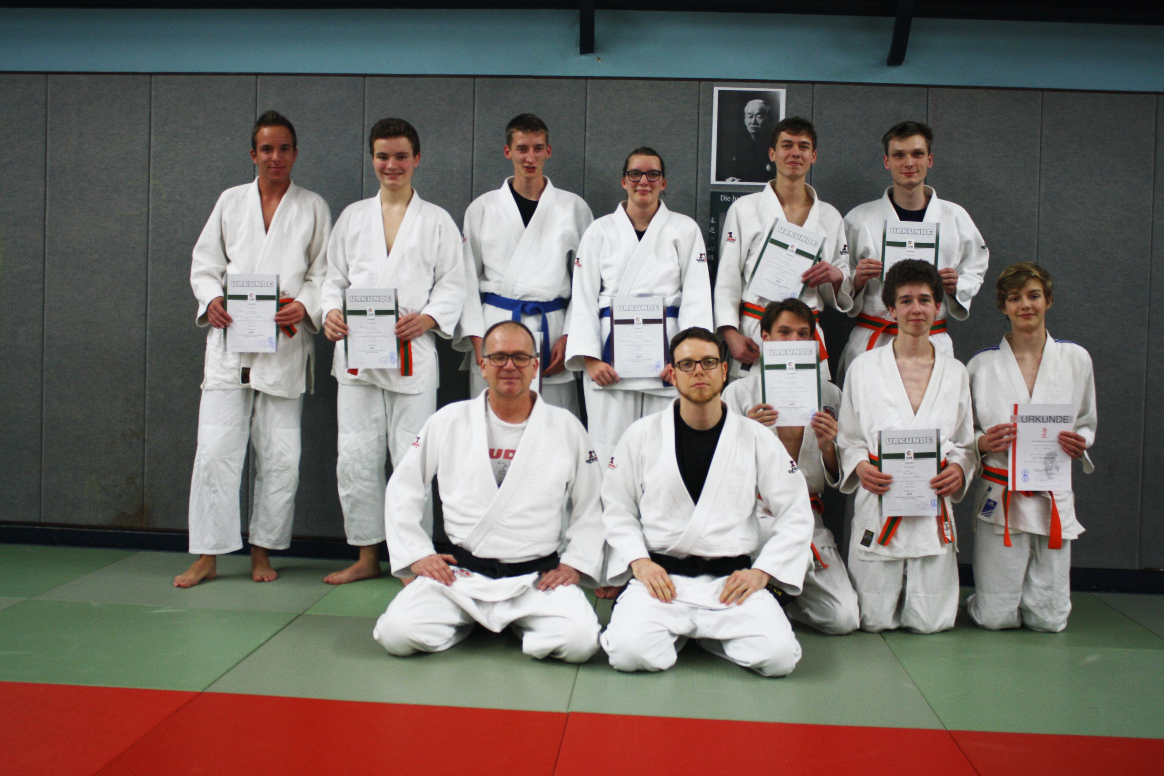 Jugendliche Judoka mit Urkunden nach der Prüfung zum 3. und 1. Kyu