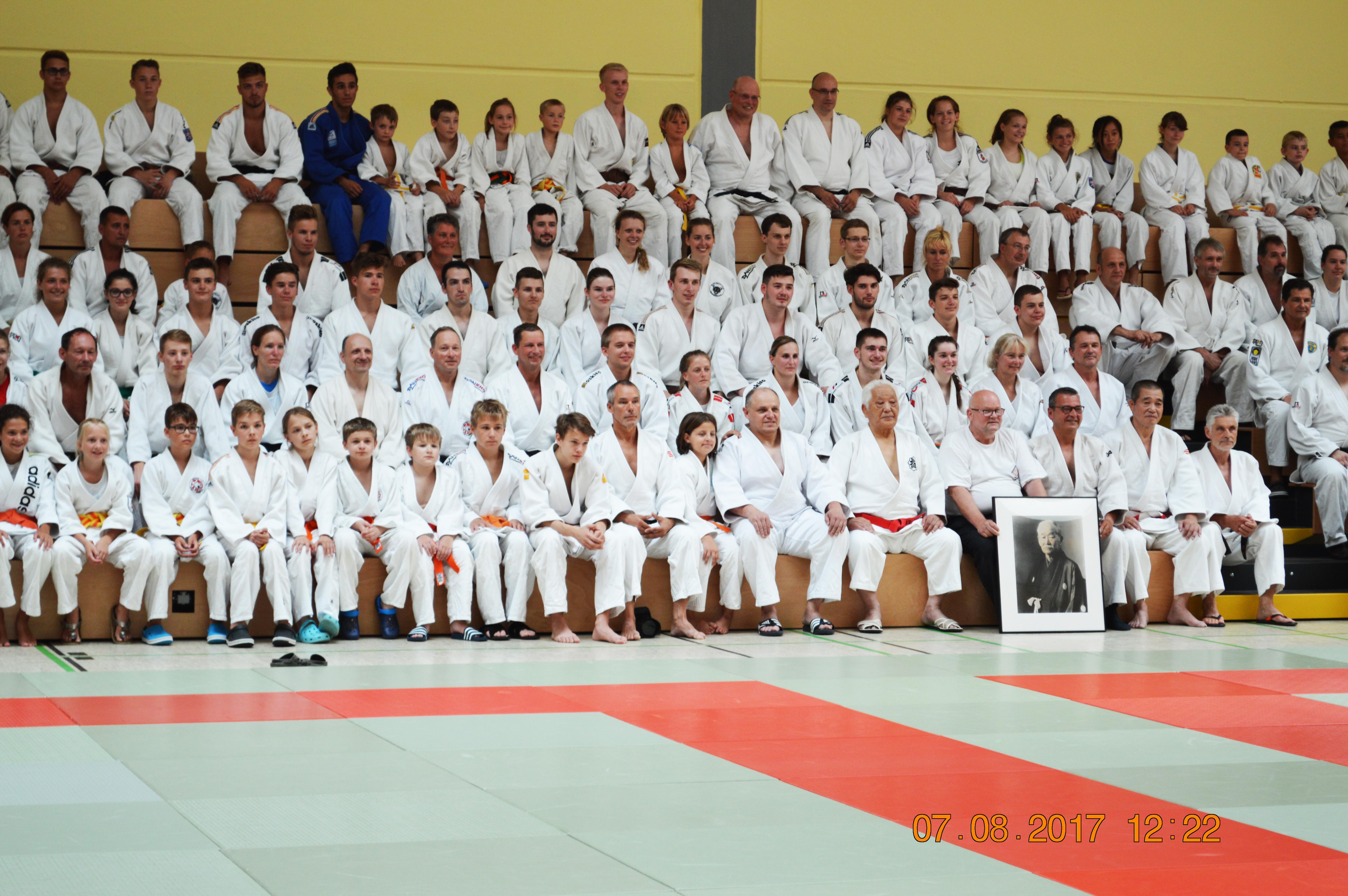 Der ehrwürdige Meister Shiro Yamamoto Sensei (roter Gürtel) mit Frank-Ulrich Lenz Sensei, Makoto Katada Sensei umgeben von den Teilnehmern der diesjährigen Judo-Sommerschule 2017.
