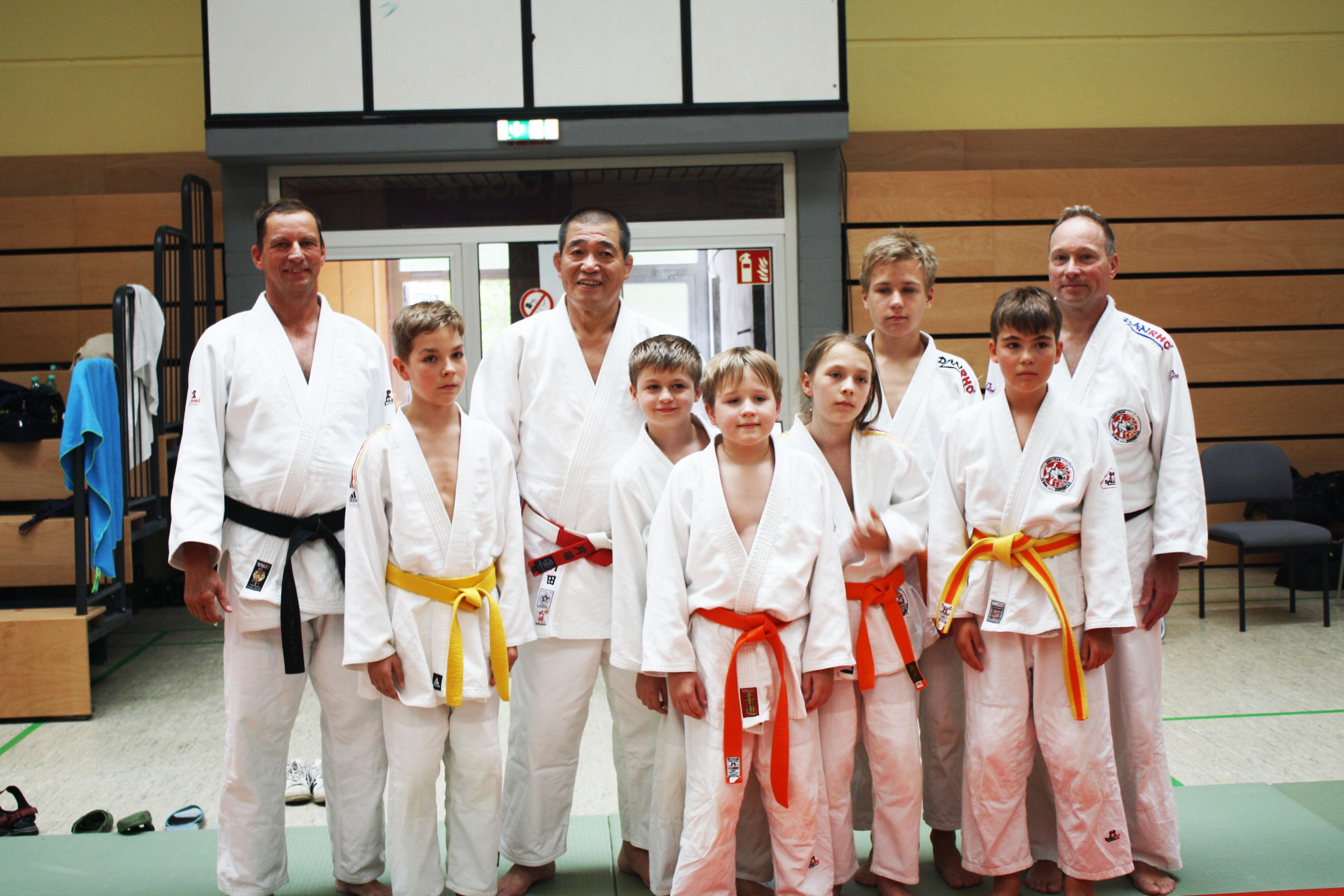 Vereinsmitglieder mit Makoto Katada Sensei.